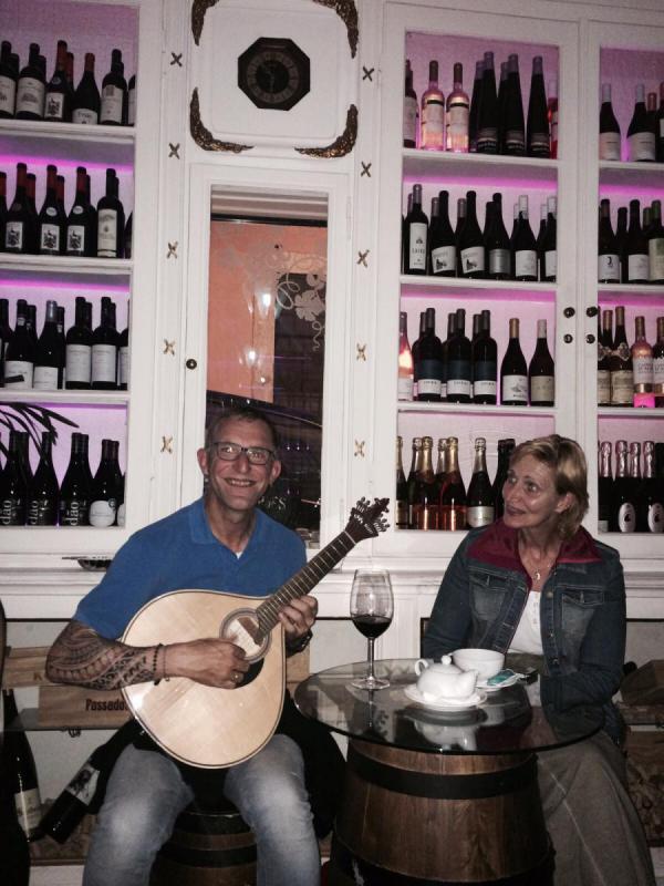 Op een portugese Fado-gitaar spelen